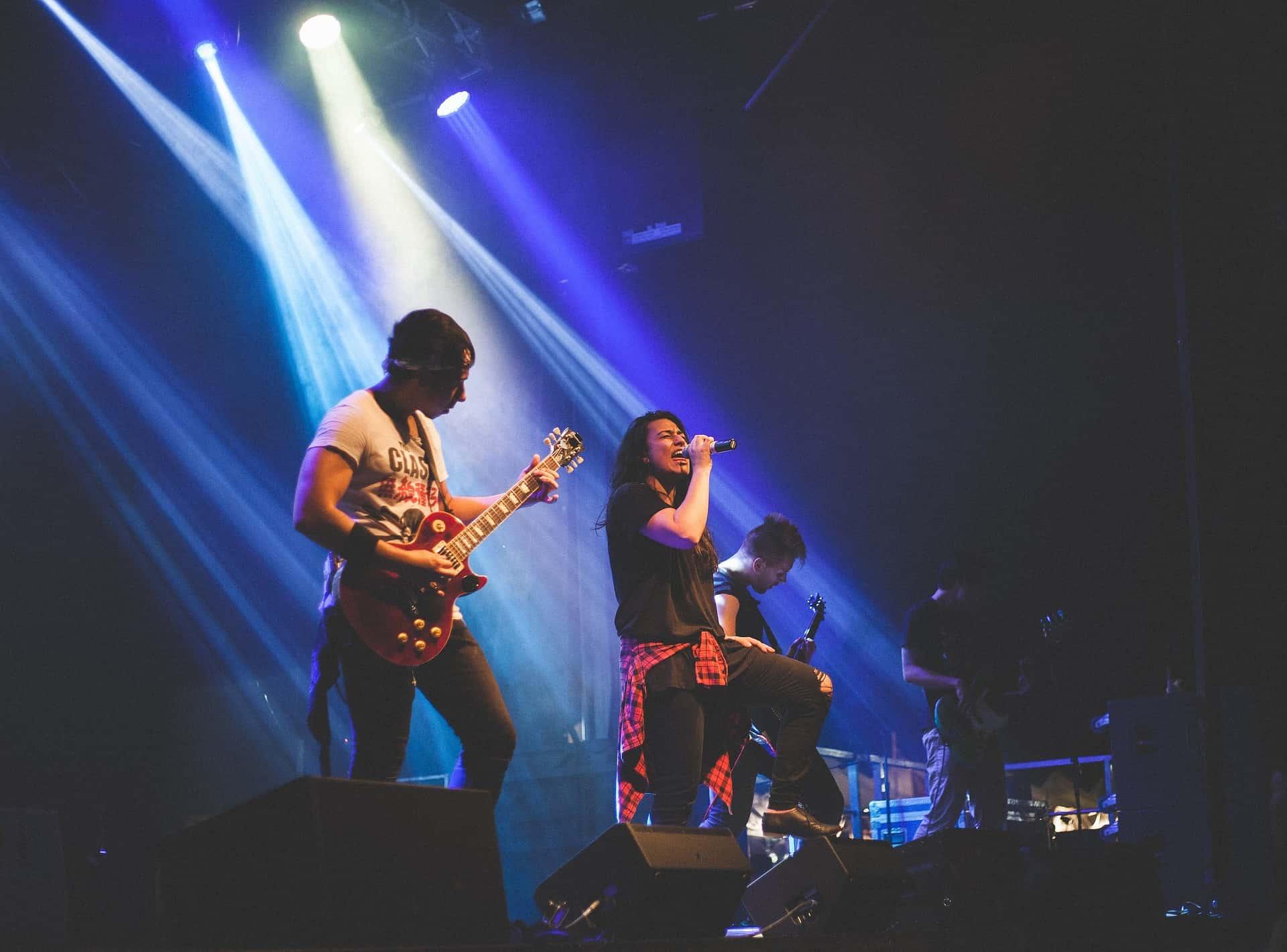 Concert-Guitar_Singer